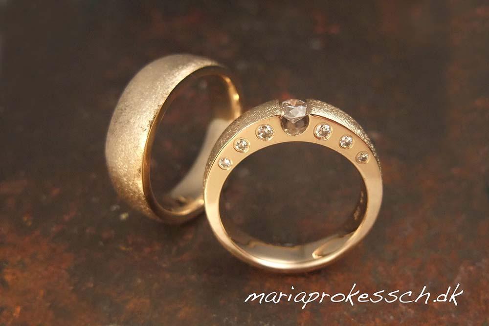 Guldsmede med smykker til bryllup
